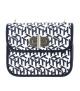 A Tommy Hilfiger női táska elülső része nagyméretű fémcsattal zárható.